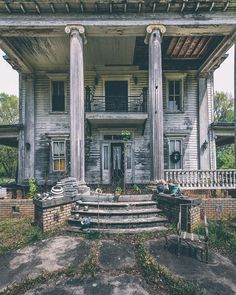 - Abandoned Architecture - Big City Buildings - Modern and Historical Buildings - City Planning - Travel Photography Destinations - Amazing Ugly and Beautiful Places Abandoned Mansion For Sale, Abandoned Property, Old Abandoned Houses, Abandoned Castles, Abandoned Mansions, Abandoned Places, Old Houses, Abandoned Plantations, Haunted Houses