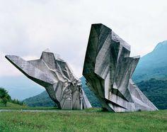Una monumental visión cósmica dilapidada en los bosques de la antigua Yugoslavia: naves espaciales escultóricas, portales dimensionales, centros de comunicación interplanetaria, símbolos vacíos de una historia fragmentada. Un impresionante legado de la máquina socialista