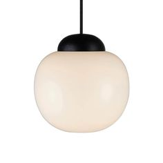 Cream 22 Oval pendel i super flot design. Lampen er lavet i opal glas og sortbejdset træ med stofledning. Fås i flere varianter - se Cream lamperne her.