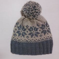 **Worsted Free Pattern** Ravelry: Duskelue/Pompomhat pattern by Tina Hauglund a free pattern Free Aran Knitting Patterns, Knit Patterns, Free Knitting, Baby Knitting, Knitting Sweaters, Knit Or Crochet, Crochet Hats, Beanie Babies, Fair Isle Knitting