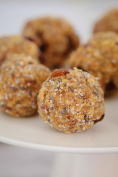 Healthy Snacks 567383253051925862 - These HEALTHY WEET-BIX BALLS with medjool dates, honey, coconut, chia seeds and sultanas are super easy to make and take only 10 minutes to prepare. Source by bakeplaysmile Baby Food Recipes, Gourmet Recipes, Cooking Recipes, Healthy Recipes, Meat Recipes, Recipies, Snacks For Work, Easy Snacks, Kid Snacks