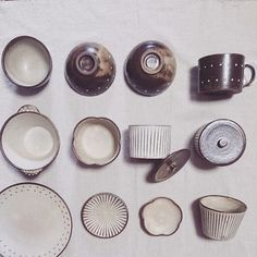 白に茶の柄や縁取り。見ているだけで落ち着きますね。 すべて、よしざわ窯さんのものです。