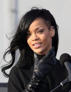 Rihanna debuts a new dark do! This style chameleon loves our Paul Mitchell Express Ion Style Iron for smooth sleek locks or adding flicks and waves. Rihanna News, Rihanna Fenty, Afro Hair Style, Curly Hair Styles, Skrillex Haircut, Beyonce, Hair Evolution, Jenifer Lawrence, Rihanna Style