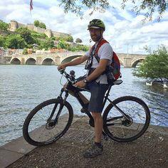 Preparado para otro gran día de #ValoniaEnBici por #Valonia en 🚲. Foto de @anibaltrejo #TBnetES #Belgium #Belgique #Europe #Bélgica #bike #bicycle #bicicleta #vélo #river #Meuse #Namur