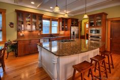Browse through pictures of kitchens in this gallery featuring modern medium wood golden-brown kitchen cabinets. Kitchen Colors, Kitchen Layout, New Kitchen, Vintage Kitchen, Kitchen Ideas, Kitchen Designs, Two Tone Kitchen Cabinets, Kitchen Cabinet Styles, Kitchen Countertops