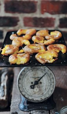 These are an absolute treat served with freshly braaied fish or a juicy steak. Juicy Steak, Pretzel Bites, Food Hacks, Baked Potatoes, Treats, Kos, Cooking, Recipes, Entertaining