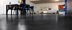 Spoločný priestor vo firme s mikrocementovou podlahou Ibm, Conference Room, Table, Furniture, Home Decor, Homemade Home Decor, Meeting Rooms, Mesas, Home Furnishings
