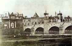 """Puente y Puerta del Real ya derribada la muralla en 1865. La Puerta del Real se encuentra actualmente en la plaza """"Porta de la Mar"""""""