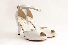 MODINA Capellada: Suave cabretilla blanca Forro: De piel muy suave Taco:10.5 cm Plataforma:1.3 cm de plataforma cubierta Altura real del calzado:9.2 cm (10.5 cm de taco -1.3 de plataforma) Cómoda plantilla: Origen italiano Suela: De cuero Colores: Crudo, blanco, negro y peltre Hebilla: Cuadrada color plateado. #shoes #bridal #wedding #design #lailafrank #white #novia #luxury #boda #casamiento #party #zapato #tacos Peep Toe, Platform, Shoes, Fashion, Party Shoes, Bride Shoes, Pewter, Black White, Leather