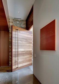 Porta pivotante de madeira, uma entrada sofisticada.  Fotografia: http://www.decorfacil.com/portas-pivotantes/