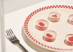 A group of American scientists and designers have developed a concept for a grow-your-own steak kit using human cells and blood to question the ethics of the cultured meat industry. Ouroboros, Animal Cell, American Diner, Vegetable Protein, Grow Your Own, Steak Recipes, Bite Size, Carne, Kit