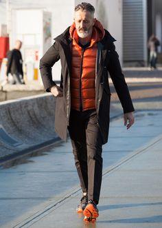 「ヘルノ」のガブリエレさんはラグスポの達人。フーデッドコートにオレンジのダウンをイン。足元の色と合わせてスポーティですが、パンツが黒スラという点はさすが。             14 Feb. 2017 at Massi NinniSnap LEONでもっと見る!