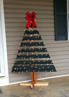 Pallet Christmas tree for outside decor. Cut both sides, use extra wood to make the stand.
