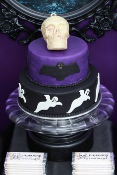 black and purple Halloween cake dark party theme skulls bat ghosts Dessert Halloween, Halloween Food For Party, Halloween Cupcakes, Halloween Birthday, Holidays Halloween, Halloween Treats, Birthday Parties, Halloween Entertaining, Birthday Stuff