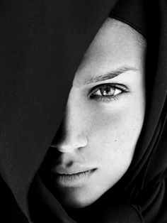 Black and White Portrait Photography: Expert Advice That Helps You Succeed – Black and White Photography Black And White Portraits, Black White Photos, Black And White Photography, Foto Portrait, Female Portrait, Beauty Portrait, Photography Women, Fashion Photography, Beauty Photography