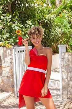 Unser knallrotes Wickelwunder wird dein All Time Favorite für den Sommer sein. Warum? Die Farbe schreit förmlich nach Sommer, Sonne und Sonnenschein ☀️ Noch dazu ist der Stoff so wunderbar variabel, dass du dir unendlich viele Sommerlooks im Handumdrehen selber wickeln kannst. 💫 #NachhaltigesWickelkleid #SlowFashion #NachhaltigeMode #Styleinspiration #summeroutfit #summerstyle One Shoulder, Shoulder Dress, Capsule Wardrobe, All About Time, Strapless Dress, Summer Outfits, Trends, Collection, Dresses
