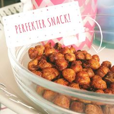 Spicy roasted chickpeas My new, healthy favorite snack! Super easy to prepare and much better than chips & Co. Vegan Snacks, Easy Snacks, Healthy Snacks, Healthy Eating, Vegetarian Recipes, Snack Recipes, Healthy Recipes, Clean Recipes, Going Vegan
