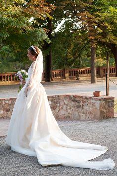 Montse. Luce un vestido compuesto por dos piezas unidas por un bonito lazo y una cola impresionante. #noviatothom #novia #boda #tothom #altacostura #novios