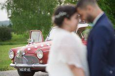 La voiture des mariés, déco naturelle et champêtre #mariage #mariagechampetre #voituremariage #simca #simcaP60 #mariés #dday #wedding #weddingday