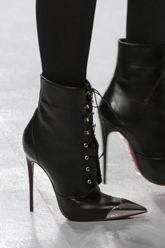 David Koma at London Fashion Week Fall 2017 - Details Runway Photos High Heel Boots, Heeled Boots, Bootie Boots, Fancy Shoes, Me Too Shoes, Zapatos Shoes, Shoes Heels, David Koma, Sexy Boots