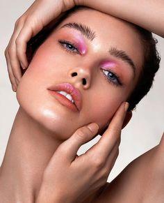 eyeliner colorful for brown eyes . eyeliner colorful natural looks . Pink Makeup, Colorful Makeup, Beauty Makeup, Hair Makeup, Vogue Makeup, Runway Makeup, Pastel Makeup, Bold Eye Makeup, Makeup Salon