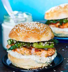 Self baked burger with fishcake and asparagus salad. Baked Burgers, Salmon Burgers, Work Meals, Asparagus Salad, Halloumi, Barbecue, Fishcake, Baking, Ethnic Recipes
