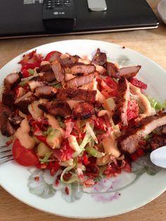 Min lækre LCHF aftensmad. Grillet nakkefilet  og summer salat.  Uhm.