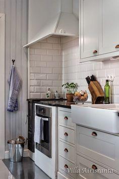Villa Airisranta Rustic Kitchen, Kitchen Dining, Kitchen Decor, Kitchen Cabinets, Kitchen Ideas, Cottage Interiors, Beautiful Kitchens, Modern Rustic, My Dream Home
