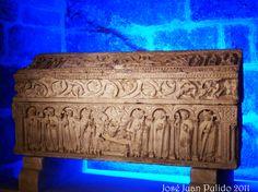 Catedral de Burgos, sarcófago de piedra. ancient Stone sarcophagus in the catedral of Burgos, Spain