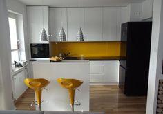 Studio Kamela WYSPA W KUCHNI - surowa biel z żółtymi i czarnymi elementami.