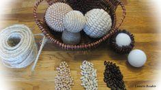 Arreglo de esferas decoradas con semillas.