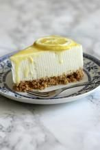 Een heerlijke, frisse, zomerse kwarktaart met lemoncurd. De smaak van de kwarktaart is citroen. Hiervoor heb je dus geen pakje nodig, maar kan je gewoon homemade maken. Voor het recept ga je naar De Zoetekauw of klik je op bron.