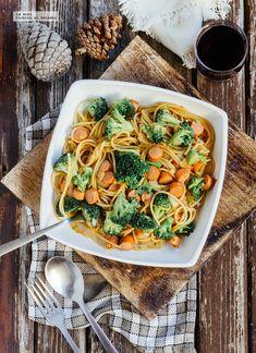 Receta de espaguetis salteados con brócoli y salchichas. Receta con fotografías de cómo hacerla y recomendaciones de cómo servirla. Recetas de ...