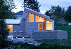 Brahler Residence von Robert Maschke Architects im Bay Village, Ohio Bay Village Ohio, Brick Bedroom, Exposed Brick, House Layouts, Cottage Style, Architecture Design, House Design, House Styles, Fresh