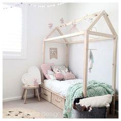 Prachtig bed om in te slapen met zachtroze gecombineerd een hele mooie mintgroene sprei.