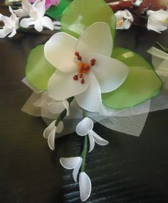 Bomboniera con giglio bianco e rametti, realizzata a mano con filanca setata, tulle ed organza, possibilità di personalizzazione