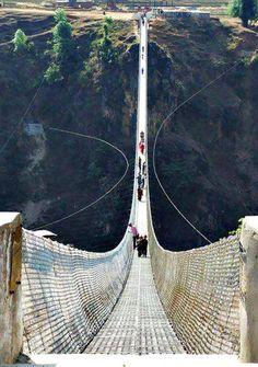 Son 345 metros de puente colgante... quizás no sea el más largo pero, sin duda, es de una espectacular belleza.  Kusma Gyadi en #Nepal nos permite un paseo por las alturas. ¿Cruzamos juntos?  ¡Queremos que #viajes!