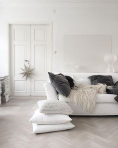 Dreaming of a white Christmas in a Swedish home Design Interior Living Room Living Room Inspiration, Interior Inspiration, Design Inspiration, Design Ideas, Scandinavian Interior, Scandinavian Christmas, White Christmas, Scandinavian Living, Christmas Design