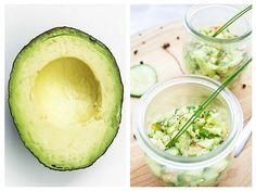 Avocado este un fruct consistent și sățios, deosebit de bogat în fibre, proteine și grăsimi bune, vitamina C, vitamina K, vitaminele A și E. Este totodată o sursă bună de vitamine ale complexului B, îndeosebi de B6 și B9 (acid folic). Healthy Diet Recipes, Healthy Fruits, Baby Food Recipes, Vegan Recipes, Avocado Hummus, Guacamole, Romanian Food, Best Protein, Raw Vegan