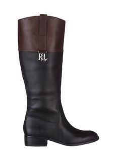 Lauren by Ralph Laurenin saappaat ovat lainanneet muotokielensä ratsastussaappailta. Pitkävartisten saappaiden varren yläosassa on kontrastiväristä nahkaa, vartta somistaa metallisolki. Sisäsivulla on vetoketjukiinnitys, pohja on kevysti kuvioitu. Varren pituus on noin 34 cm, kanta on noin 3,5 cm korkea.