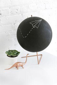 DIY Krijt wereldbol met koperen poot. Voor een industriele kinderkamer! // via I Spy DIY
