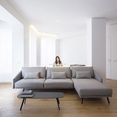 The Ciscar apartment in the heart of Valencia has been refurbished by Dot Partners. The open living area includes a wide STUA Costura sofa with chaiselongue in the highlight fabric. COSTURA: www.stua.com/design/costura Photo: David Zarzoso