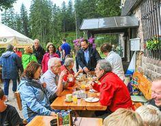 Bei der Rast an der Darmstädter Hütte gönnte sich Ministerpräsident Winfried Kretschmann einen Milchkaffee.  Foto: Fritsch