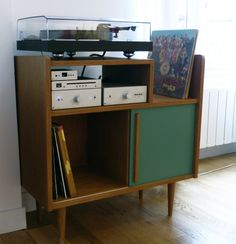 Meuble Hi-Fi lignes 50's - Atelier Monsieur Madame Plywood Furniture, Modern Furniture, Vinyl Diy, Deco Tv, Hifi Stand, Record Player Cabinet, Small Bookcase, Vinyl Record Storage, Small Wood Projects