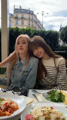 Rose and Lisa are far from home but not that far after all.BLACKPINK's Rose and Lisa were seen depar Kim Jennie, Mariah Carey, Wallpapers Macbook, Lady Gaga, Instagram Roses, Instagram Story, Lisa Blackpink Wallpaper, Black Pink Kpop, Blackpink Photos