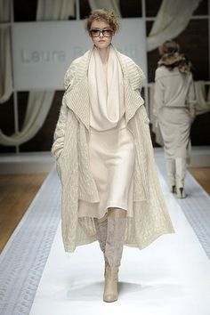 Laura Biagiotti Fall 2010 Runway Pictures Laura Biagiotti at Milan Fall 2010 History of Knitting Wool spinning, weaving and sewing jobs such as BC. Knitwear Fashion, Knit Fashion, Fashion Art, Milan Fashion, Fashion Boards, Mens Fashion, White Outfits, Pretty Outfits, Barbie Mode