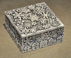I want to offer you a very simple and quick way of decorating a gift box. Actually, you can decorate anything using this method.You need: box blank wooden decorations glue paint brushes Attach wooden decorative elements to the walls with glue. Painted Wooden Boxes, Painted Wood Walls, Wooden Gift Boxes, Wooden Gifts, Wood Boxes, Wood Box Decor, Wooden Decor, Glue Painting, Painting On Wood