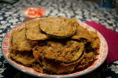 PAKORAS de berenjena INGREDIENTES: – 1 berenjena cortada en rodajas finas – 200 gr harina de garbanzo – 1 pizca de sal – 1/2 cucharadita de bicarbonato – 1/2 cucharadi…
