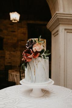 Wedding Reception Food We thought this real wedding was an editorial because it is that perfect Cool Wedding Cakes, Elegant Wedding Cakes, Beautiful Wedding Cakes, Wedding Cake Designs, Wedding Cake Toppers, Beautiful Cakes, Perfect Wedding, Creative Cake Decorating, Creative Cakes