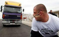 bloglosingrip - fotos engraçadas 14 - E o pior é que o caminhão está com o freio de mão puxado!